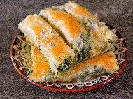 Вита баница от готови кори със спанак, пресен лук, извара и майонеза